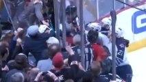 Voler le casque d'un Hockeyeur alors qu'il vient de s'éclater la tête contre la vitre.