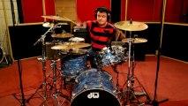 Un batteur sans bras joue : Foo Fighters - Everlong. ENORME!