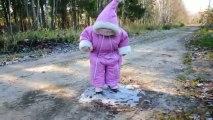 Bébé trop mignon découvre la glace... Et la chute aussi. Fail trop mignon!