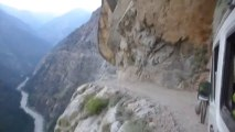 Route de l'extrême : au bord d'un ravin en Inde. La folie!