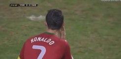 Defesa sueco tenta expulsar o capitão português e Cristiano Ronaldo goza com ele de forma cómica