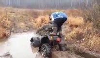 Finir la tête dans la boue - 2 idiots sur un Quad!
