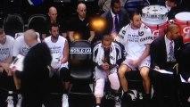 Manu Ginobili et Tony Parker font une blague à Tim Duncan