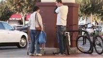 Demander à des gens d'aider à voler un vélo!! Trop bon..