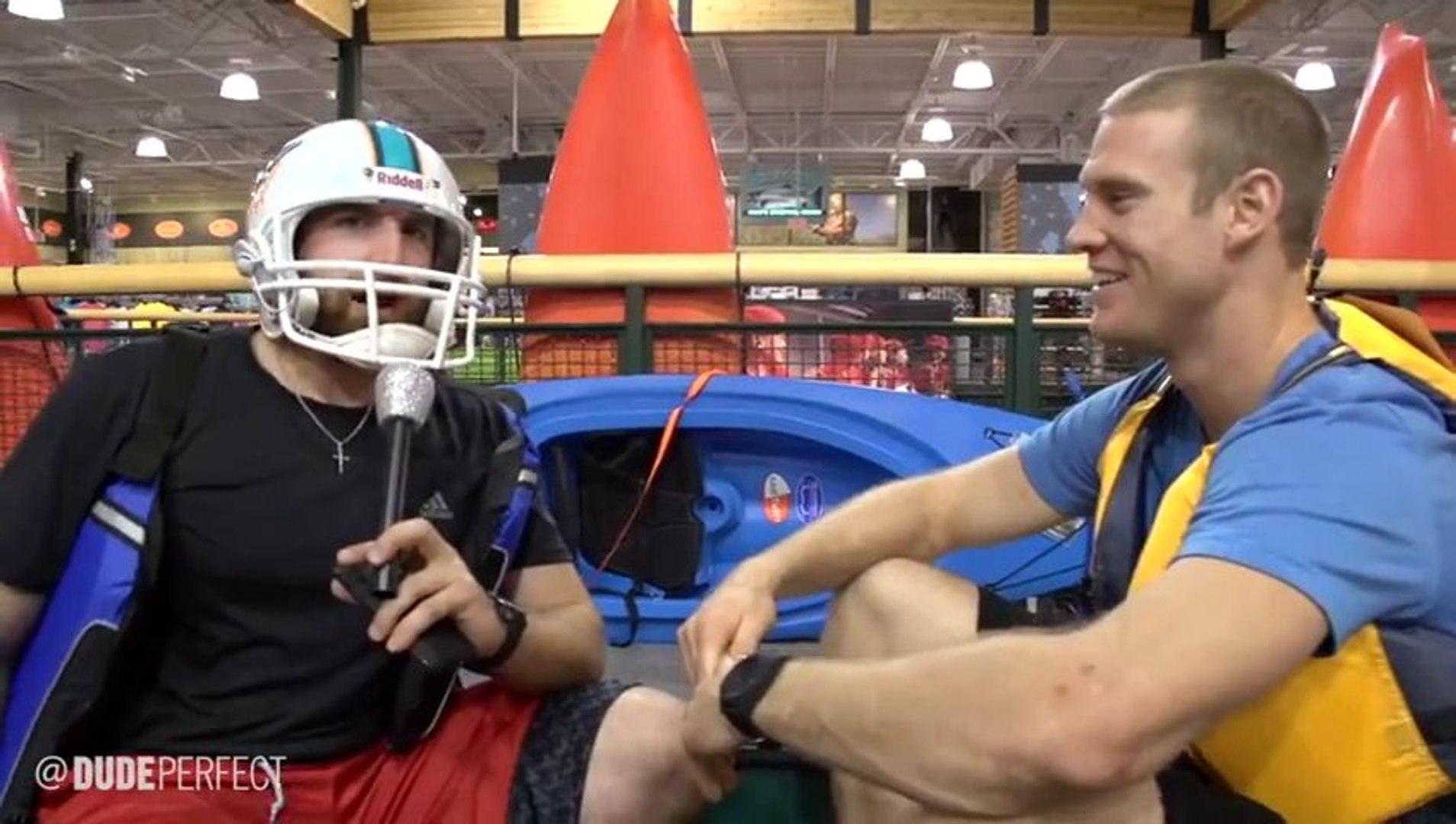 3 gars enchainent les tricks de malade dans un magasin de sport - Basket, football américain, foot..