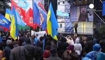 Los partidarios de Yanukóvich enseñan los dientes frente al parlamento ucraniano