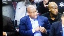 Le coach de Cleveland se gratte l'entre-jambes en plein match