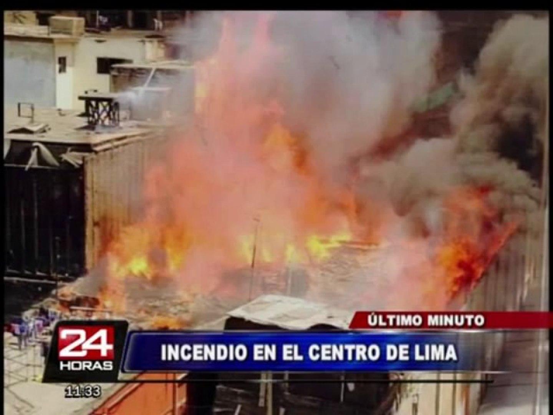 Voraz incendio consume más de 20 viviendas en el Centro de Lima (1/3)