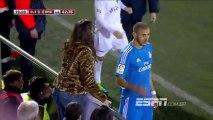 Karim Benzema pose pour une photo pendant le match