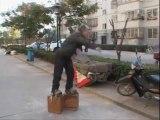 Chaussures de 400 kilos pour soigner son mal de dos