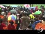 Addio a Mandela, lo stadio di Soweto si riempie sotto la pioggia. Canti e balli per la prima grande commemorazione pubblica