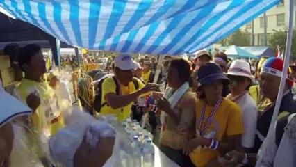Bangkok (Thailande) 09:12:2013 Le Kit du Manifestant distribué par l organisation