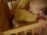 Bébé dans son lit avec son nounours