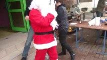 Le Père Noël traverse le marché et monte dans la calèche