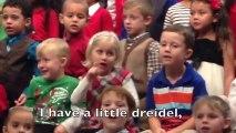 Une petite fille chante en langue des signes pour ses parents sourds! Trop mignon!