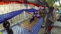 Bangkok (Thailande) 13:12:2013 Gouvernement House cerclee d un immense drapeau Thailandais
