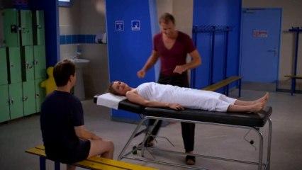 Vestiaires S3E39 Massage