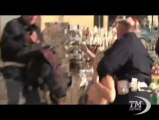 """Attivista Femen protesta a seno nudo a piazza San Pietro. Con la scritta """"abortion"""" sul braccio"""