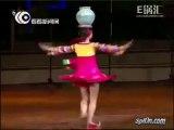 Une petite fille fait 90 tours avec un pot sur la tête