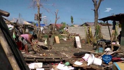 Un cheque de soutien pour l'action de la Croix Rouge aux Philippines / Groupe La Poste - Tous formidables - Tous solidaires