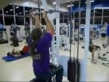 Un taré utilise un équipement de musculation n'importe comment : gros débile!