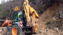 Alpes : un énorme rocher bloque la route Napoléon