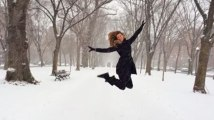 Gisele Bündchen saute dans la neige