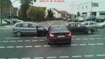 Un mec en BMW bloqué à une intersection s'énerve un peu trop vite