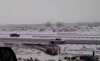 Multiples crashs de voitures sur une autoroute enneigée