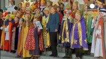 Primera aparición pública de Merkel con muletas tras su accidente de esquí