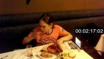 Molly Schuyler mange 2 kilos de viande en moins de 3 minutes