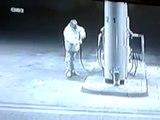 Boire de l'essence dans une station service