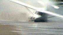 Le décollage raté d'un petit avion sur une plage de Nouvelle-Zélande