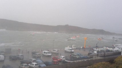 Tempête Ulla : Le Conquet en Bretagne, les vagues font disparaitre la digue