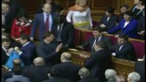 Des députés ukrainiens jettent du sarrasin dans l'hémicycle