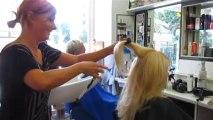 Cortando o cabelo com uma navalha ao estilo russo