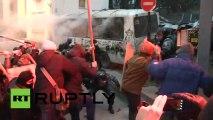 Ukraine : Manifestants frappent les policiers avec des barres de fer