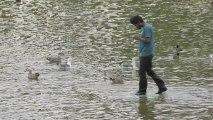 Rahat marche sur l'eau (Caméra cachée)
