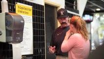 Arnold Schwarzenegger déguisé donne des cours de muscu dans une salle de sport! Enorme!