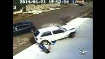 INCROYABLE: une voiture hors de contrôle roule sur la tête d'un graçon de 5 ans - Puis il se lève et s'en va..@VoiceOfCongo