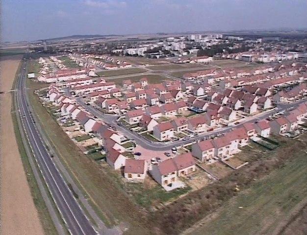 Naissance d'une banlieue mort d'un village 2000 Réalisateur : Sidney Jézéquel Production : Les Films Roger Leenhardt Sujet : la commune de Goussainville (95)