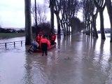 Les pompiers de Tonneins sur la RD 813 inondée