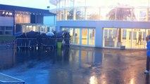 Les fans de Nolwen Leroy attendent depuis des heures sous la pluie