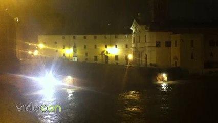 Maltempo a Roma, la piena del Tevere vista di notte da Ponte Sisto a Ponte Cestio