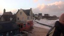 Grande marée et grosses vagues à l'île de Sein (Bretagne)