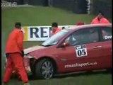 Perde il controllo dell'auto e provoca un incidente. Ma guardate bene cosa ha distratto il pilota. Non ci posso credere