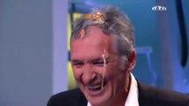 Délire : le présentateur de Téléfoot s'écrase un oeuf sur la tête !