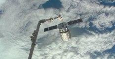 Lentement, le cargo privé Cygnus se détache de la Station spatiale internationale
