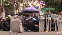Bangkok, un homme jette une grenade sur des policiers