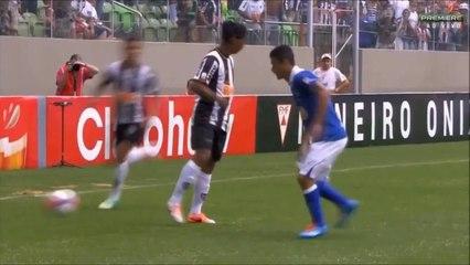 Ronaldinho affole un défenseur v Cruzeiro